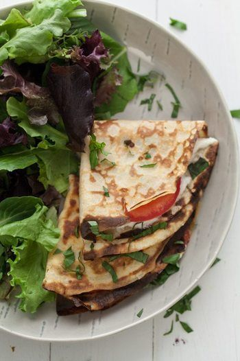 もちろん、サラダクレープの中身は野菜やハムだけではありません。魚や肉などを入れれば、メインにもなり、栄養のバランスも理想的になりますね。コースの前菜としても楽しめます♪