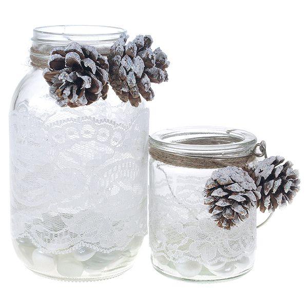 Kiinnitä voimateipin avulla valkoista pitsiä lasipurkin pintaan. Tuputa snowefect-väriä karkealla siveltimellä käpyihin, kun väri on vielä märkää ripottele kimalletta päällä. Anna käpyjen kuivua rauhassa. Kiinnitä ne purkkeihin ekonyörin avulla. Purkin pohjalle voit laittaa karkeaa merisuolaa tai lasimosaiikkia.