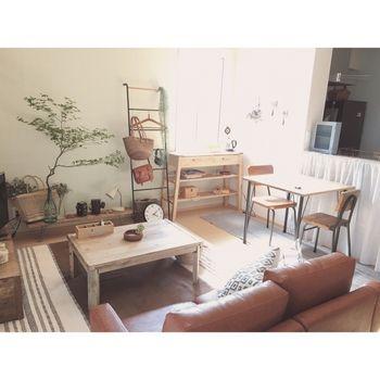 一人暮らしのお部屋はワンルームや1LDKなど、限られた空間で生活の全てを行わなければなりません。生活に必要な家具や好きな雑貨を考えなしに置いたらあっという間に、ごちゃごちゃとまとまりのないお部屋になってしまいます。狭いお部屋でもおしゃれに快適に暮らすために、実際に一人暮らしをしている方のレイアウト画像を参考にしてみましょう。