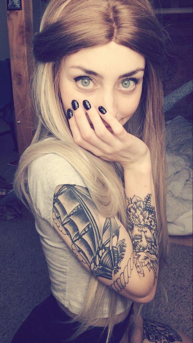 • A gente ve a serenidade no olhar da pessoa que nunca ira saber o que é correr atras do crush :3:3 •  #TeuCrush @MeeErree       #Garota #Tatuada   #Arms #Legs #Beauty #Tattooed #Cute #Pretty #Girl #Tumblr #Tattoo #Inked #Ink #Tatuagens