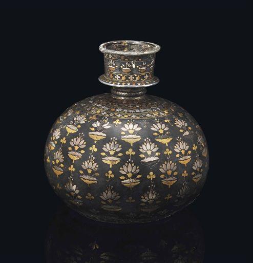 Auktionslos 61 - A FINE SILVER AND BRASS-INLAID BIDRI HUQQA BASE BIDAR, DECCAN, INDIA, 17TH CENTURY Of spherical form