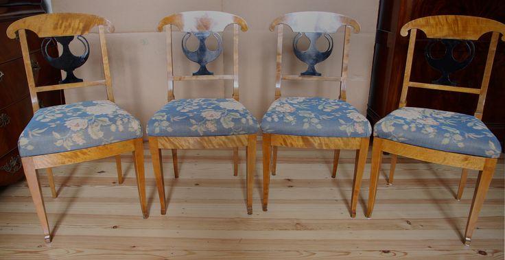 Vier Biedermeier Stühle  Epoche : Biedermeier Holzart : Birke Maße : Höhe 91 cm, Breite 46 cm, Tiefe 51 cm Kennung : Nr. 308