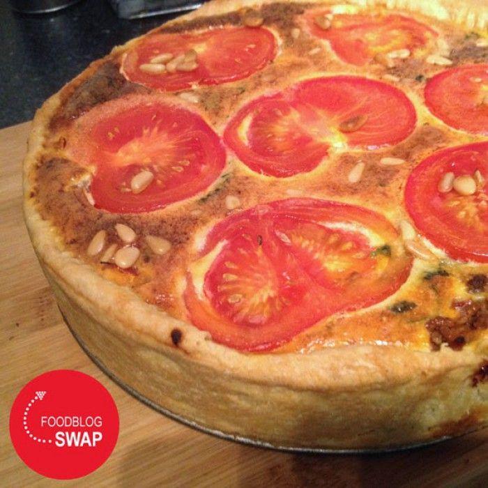Mediterrane quiche met gehakt, tomaat, munt, kaneel, rozijntjes en pijnboompitjes. Een van de lekkerste hartige taarten die ik ooit gemaakt en gegeten heb. En is het geen plaatje om te zien? Haal alvast het zonnetje in huis! Klik voor het recept op 'naar de bron'.