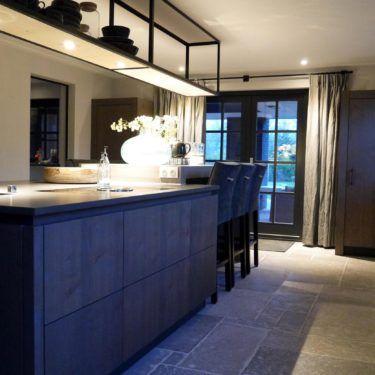 Keuken - eiken fronten - greeploos - wijnkoeler - kookeiland - bar