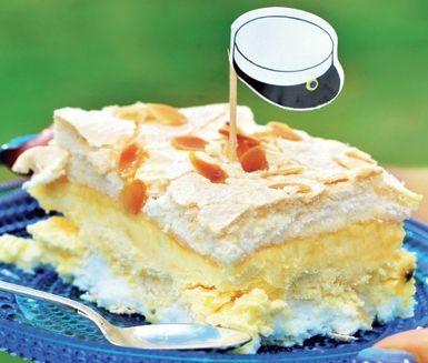 Citronmarängtårta med passionsgrädde. Frasig maräng, syrlig citronkräm och söta jordgubbar blir här till en riktig drömtårta. Marängtårtan kan göras helt klar och stå över natten i kylskåp.