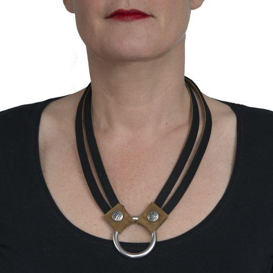 Rebel, een stoere ketting van mooi zacht zwart leer. Sluit voor met de ISSA-button. Te bestellen bij www.issamadeby.nl/rebel voor €52,50 incl. een mooi opbergbuideltje!