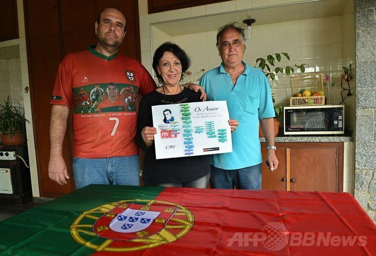 ブラジルのカンピーナス(Campinas)で、父親のアルマンドさん(右)と母親のサンドラさん(中央)とともに、サッカーポルトガル代表のクリスティアーノ・ロナウド(Cristiano Ronaldo)選手とのルーツのつながりを示した家系図を見せるロジャース・アベイロ(Rogers Aveiro)さん(左、2014年6月20日撮影)。(c)AFP/PHILIPPE DESMAZES ▼23Jun2014AFP|ポルトガル代表ロナウドの遠戚がブラジルに、でも「サッカーは苦手」 http://www.afpbb.com/articles/-/3018419 #Campinas