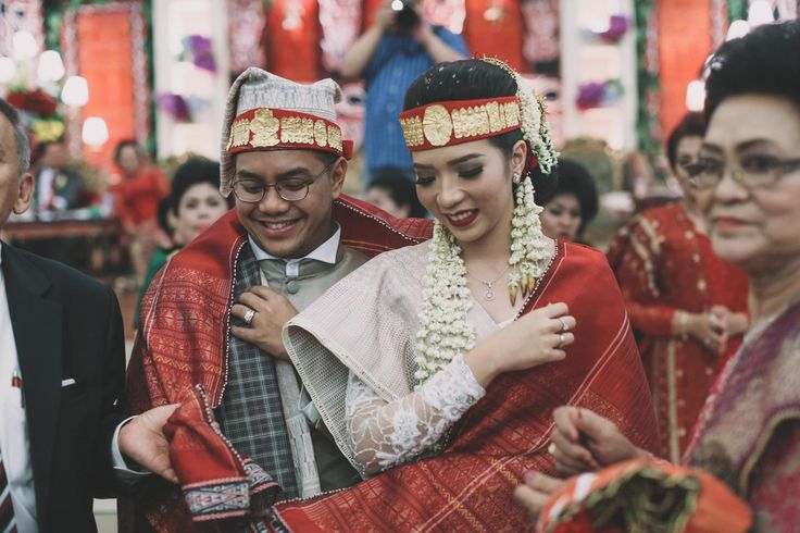 Pernikahan Batak yang sarat dengan adat ini didominasi oleh warna-warna bold. Yuk simak cerita pernikahan yang berlokasi di Hotel Aryaduta ini!