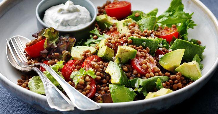 Matig avokadosallad med avokado och citronsås smakar gott till det mesta på grillen.