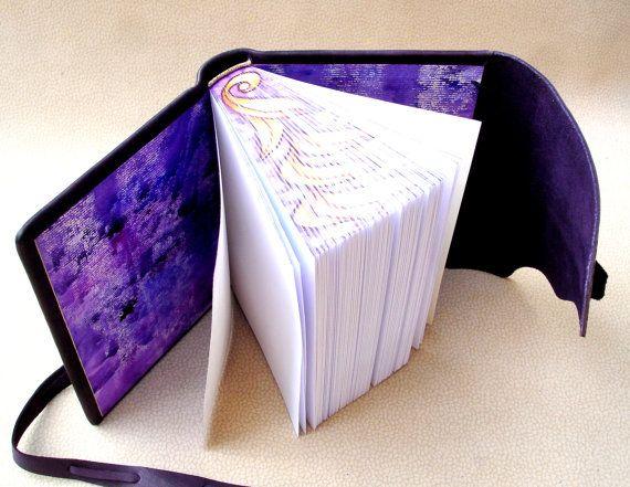 Mano de la revista cuaderno de bocetos de cuero enlazado