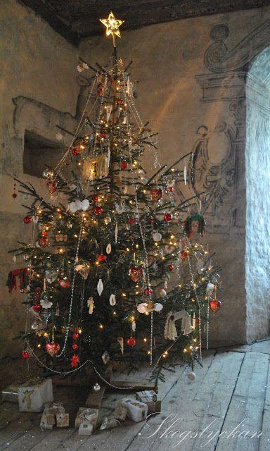 Juldukning 2012     I Torpa stenhus känner man historiens   vingslag så tydligt att det nästan   känns i hela kroppen.   Ett slott där man ...