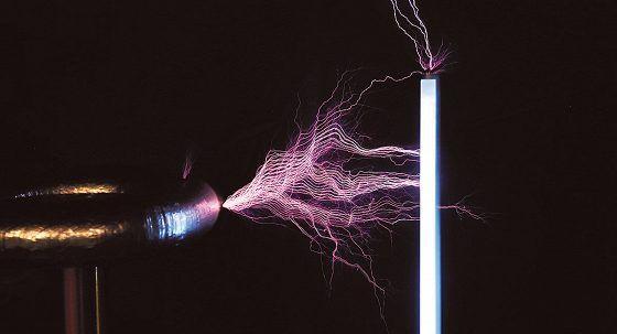 Teslakäämi sytyttää loisteputken sähkömuseo Elektrassa.