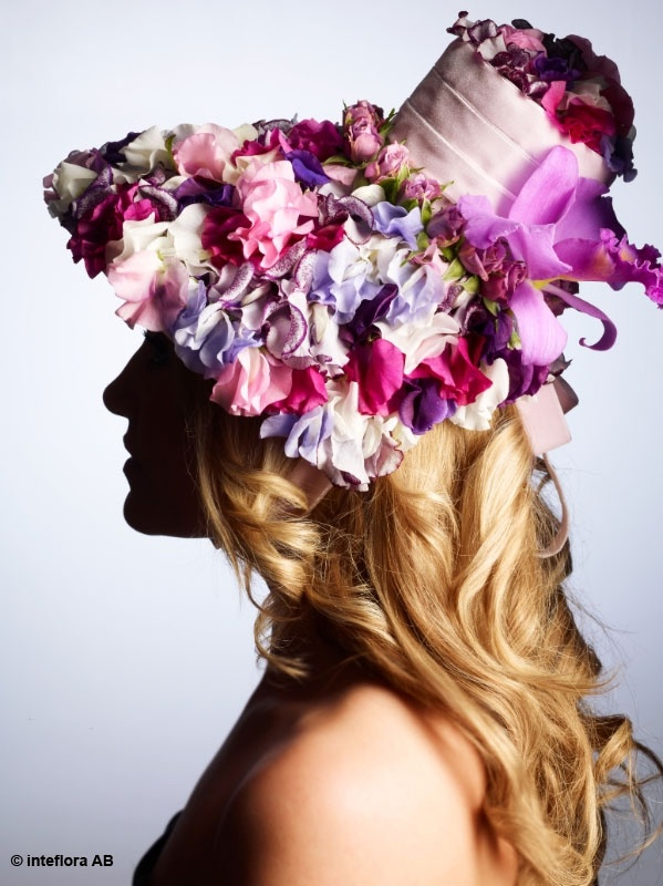 Blommor, hatt, hårsmycke - blomsterkreationer på hög nivå.