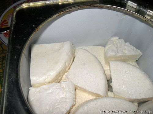 Πάμε να δούμε πως θα διατηρήσουμε το τυρί φέτα που φτιάξαμε, όχι σε άλμη με νερό αλλά σε τυρόγαλα.