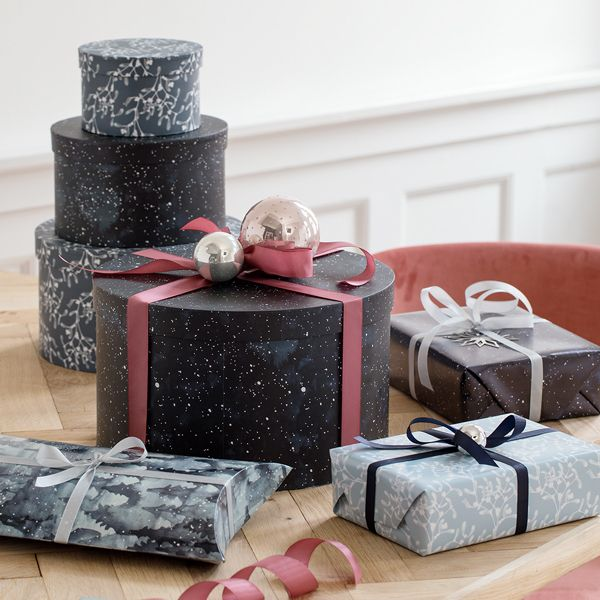 Keep your Christmas secrets under wraps until the big day with gift wrap and fabric ribbon arranged in lovely bows. Gift-wrapping paper, price per two-metre roll DKK 7,96 / EUR 1,12 / ISK 229 / NOK 11,18 / GBP 1,04 / SEK 11,48 / FO-DKK 9,33