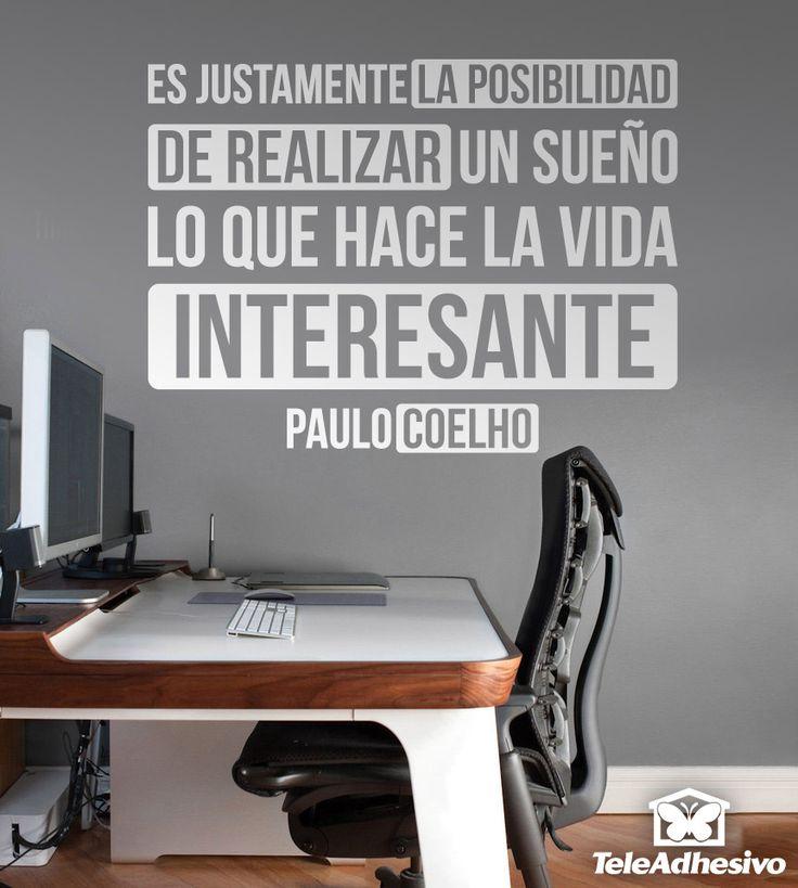 """Vinilo decorativo tipográfico sobre una frase motivadora de Paulo Coelho: """"Es justamente la posibilidad de realizar de realizar un sueño lo que hace la vida interesante"""""""