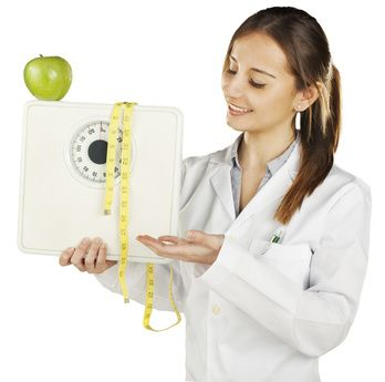 """Une diététicienne est une professionnelle de la santé experte dans le domaine de la nutrition. Titulaire d'un DUT """"génie biologique"""" option """"diététique"""" ou d'un BTS """"diététique"""", elle peut intervenir notamment dans les collectivités, les structures thérapeutiques du secteur public ou privé, ou encore exercer dans son propre cabinet."""