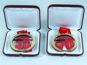 Idealny na prezent dla najlepszej mamy na świecie zapakowany w eleganckich pudełkach. Medal z przezroczystej i kolorowej pleksi oraz laminatu grawerskiego w złotym kolorze.