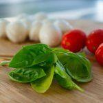 Maak een fantastisch lekker en makkelijk borrelhapje met mozzarella en tomaat op…