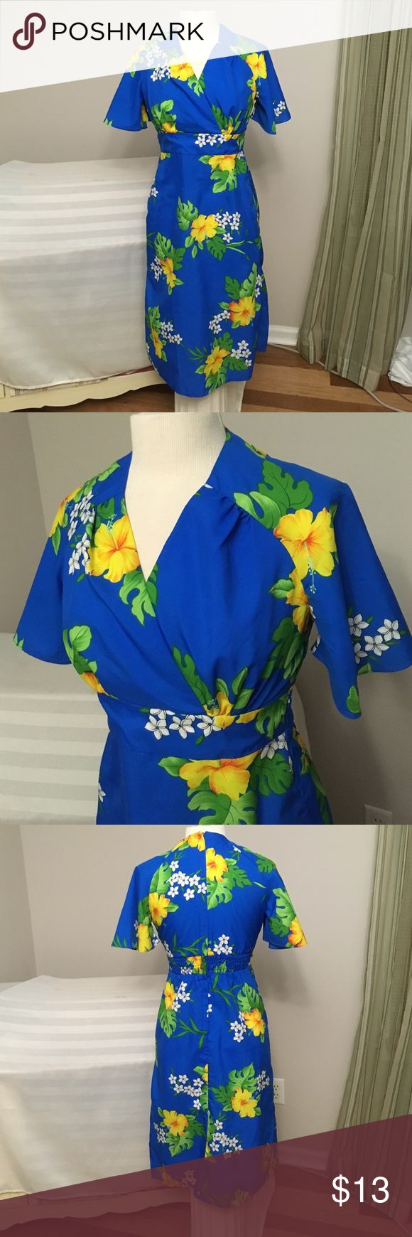 """Hawaiian 🌺 Dress Sz S Lightweight dress that was styled in Hawaii. Armpit to armpit is 16.5. Waist is 27"""". Hip 36"""". Zips up the back. There is elastic on the back waist. Shoulder to hem is 41"""". Royal Hawaiin Dresses Midi"""