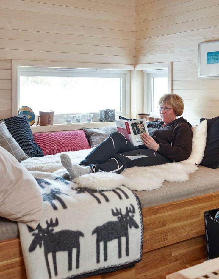 Koseplassen: Hytteeier Trine Sjøblom er glad i å lese bøker. Dagsengen kan også benyttes som soveplass dersom hele storfamilien skulle komme...