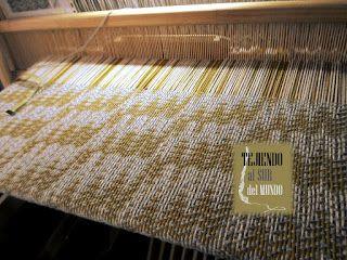 Diseño echo twill en colores lúcuma, blanco y gris para este chal en el telar. Echo twill for this shawl in loom.
