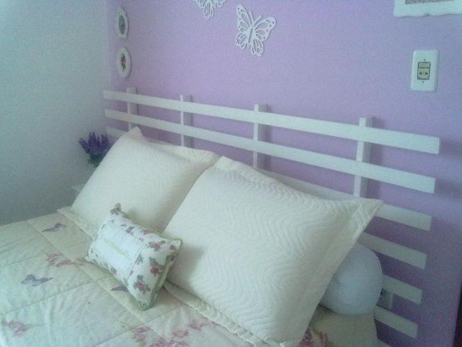 O estrado ou então as grades do berço podem servir de cabeceira para cama de casal