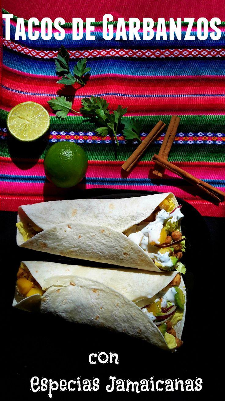 Unos deliciosos tacos vegetarianos de garbanzos preparado con una mezcla de especias jamaicanas, mango fresco, aguacate y cebolla roja. La receta incluye dos opciones para la salsa.