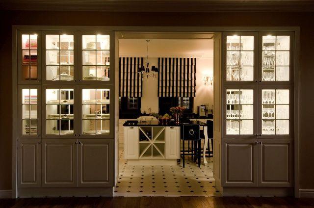 Kuchnia i salon oddzielone podświetlanymi witrynami. Fot. Meble Janas