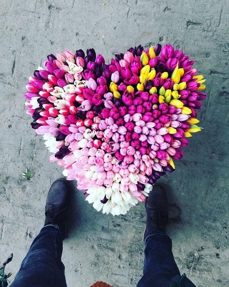 Aranjament floral cu lalele in forma de inima. Heart shaped tulip arrangement.