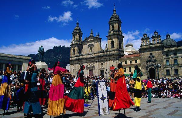 Plaza de Bolivar, Bogotá D.C., Colombia. Presentación del Festival Internacional de Teatro.
