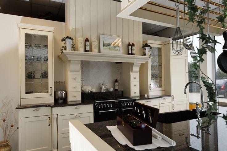 Warmwitte ambachtelijke keuken in klassieke stijl, Odink Keukens Tynaarlo, http://odinkkeukens.nl/