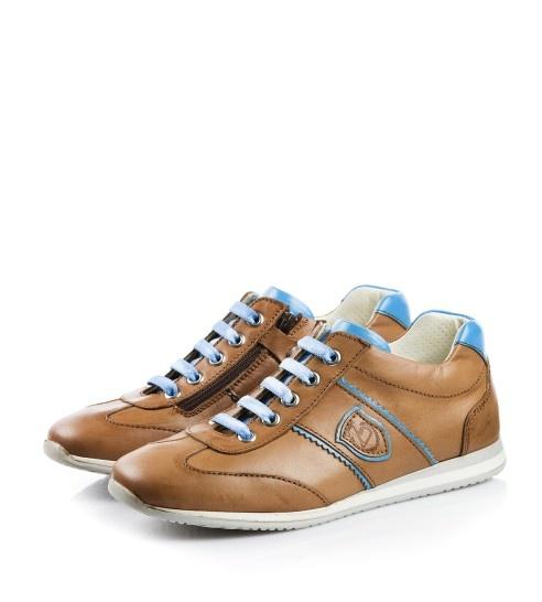 een licht getinte bruine schoen die vooral woord gedragen in de winter. deze schoen is echt een jongensschoen waarbij de binnenkant ook lekker bedekt is met wol waarbij het ook lekker warm is bij het dragen!