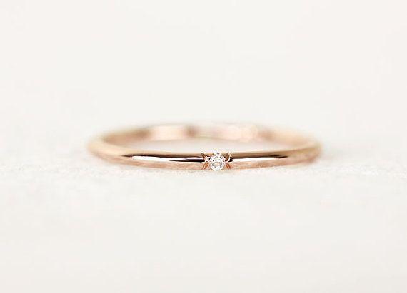 14 k solid gold Hand schnitzen V-Form französische Diamond Einstellung abgeholzt.  -Diese Band misst ca. 1,30 mm Stärke in voller Runde.  -1mm weiss Diamant, feine Qualität Diamanten (Farbe: F, Klarheit: VS, hervorragend geschnitten, konfliktfreie)  -A ring Band 1,6 mm Band Verwendung Diamant 1,5 mm. Pls in Kästchen schauen.  -Dieser Ring könnte perfekt aufeinander abgestimmten Hochzeitsband und ist ein Ideal für in meine andere Pettie Ringe stapeln.  -Pls kontaktieren Sie mich, wenn Sie…