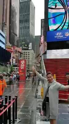 Agak aneh!  Saya memvideo Times Square, kok ada dua Ibu Linna ya?  Apakah itu tanda bahwa istri satu itu rasanya seperti banyak kalau disyukuri.  Laki-laki yang sedang in love seperti saya ini memang cenderung lebay (sambil kibas rambut).  Love you! ☺☺☺   Instagram @linnateguh