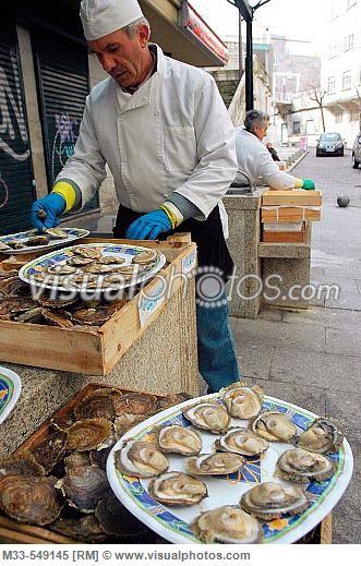 ostreiro vendedor de ostras junto el mercado da pedra vigo spain