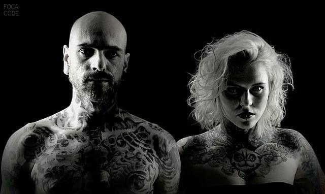 Tatuaże i spojrzenie tworzą klimat! A very nice photo of couple with tattoos! #BlackStarStudio #tattoo