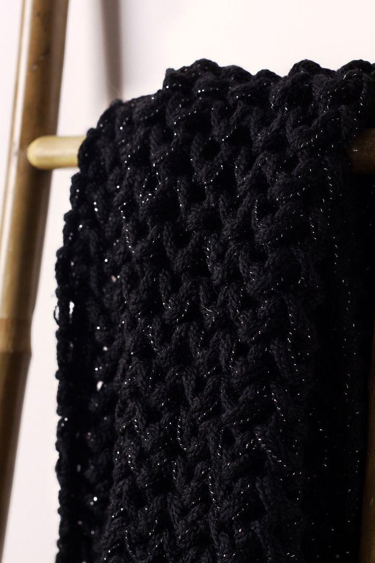 Cuello doble negro 100% Lana mezclado con hilo de Mohair. Tejido a mano en España. Descubre más en nuestra tienda online! www.decamino.info #Cuello #Botones #Colors #lana #wool #autumn #winter #tejer #punto #ovillo #handmade #natural #hechoamano #fashion #new #otoño #invierno #tejer #neckbuff