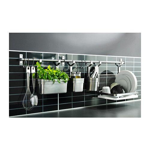 GRUNDTAL Riel IKEA Libera superficie de trabajo en la encimera. También se puede usar como toallero o para colgar tapas de ollas.