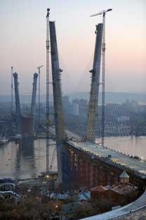 ルースキー島連絡橋     所在地:ウラジオストク市・ 東ボスポラス海峡をまたぐ   状態:2012年7月完成の予定   設計: 「モストビク」社