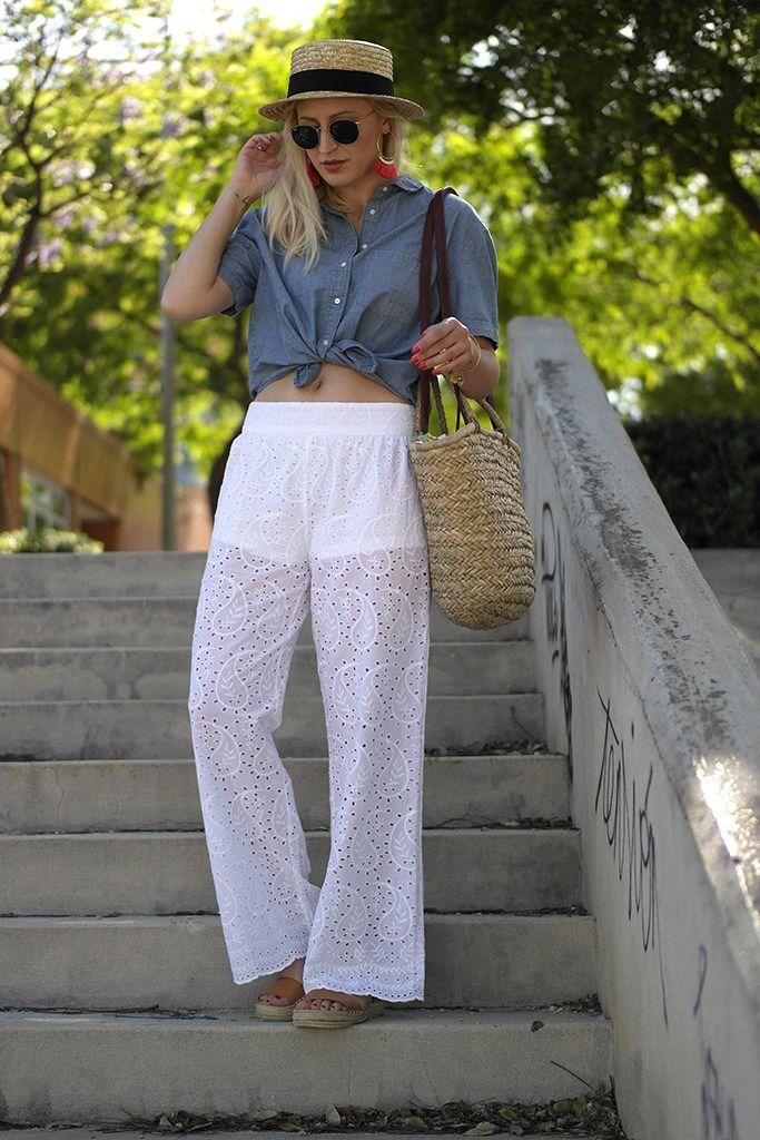 Pantalón Calado - Temporada: Primavera-Verano - Tags: #calados #encaje #bordado #blanco #denim #vaquero #canotier #aros #flecos #esparto - Descripción: Look para tarde de verano con pantalones calados, canotier y camisa denim anudada.