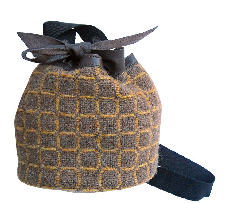 Outback bag in handwoven fabric nuba gold. 100% shetland wool. leather details. gros grain handle.