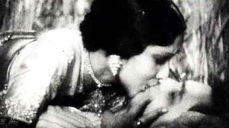 On-screen kissing in Bollywood movies has always created a stir, leaving viewers half-scandalised, half-curious. But before India got its censor board many movies in the 1920s and 30s featured liplocks.   #Amitabh Bachchan #Bollywood #Devika Rani #Emraan Hashmi #Khabar Samay