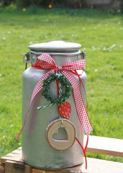 Dekorierte  Milchkanne aus Aluminium mit Holzgriff von Herzlich willkommen im Deko-TU Shop auf DaWanda.com