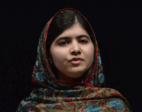 Malala, la comunicación de una líder social. Un blog. Comunicar para muchos puede ser tan sólo una palabra, para otros un verbo que implica una gran profesión, para otros una oportunidad apenas sin merecerla. Esa es la verdad. Sin embargo, parece que en el caso de la paquistaní Malala Yousafzai es un don además de ser el único clavo ardiendo al que tuvo que agarrarse cuando todo empezó a torcerse, el único clavo al que agarrarse como método de protesta...