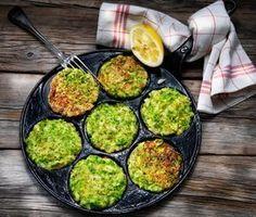 Brocciloplättar med gröna ärtor i. Mums! Här är ett superenkelt och gott, grönt recept med mycket smak och färg för dig som vill och vågar prova något nytt. Servera som lätt lunch eller mellanmål …..eller varför inte på brunchbordet!