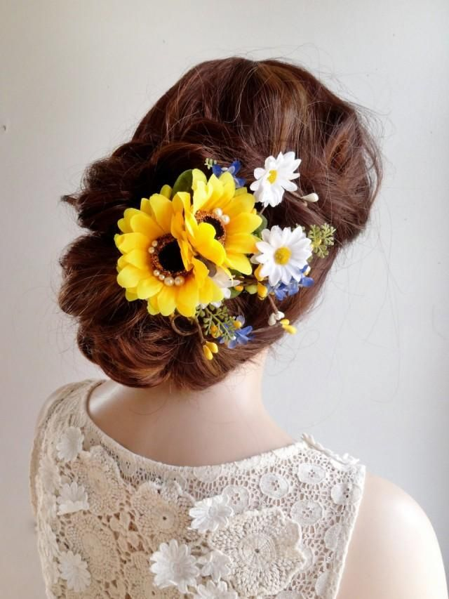 A gorgeous country-style hair clip featuring sunflowers, daisies, twigs, and foliage. Color scheme of yellow, royal blue, and white. Little seed pearls are scattered around, adding a whimsical bridal effect! – SIZE:  approximately 4.5