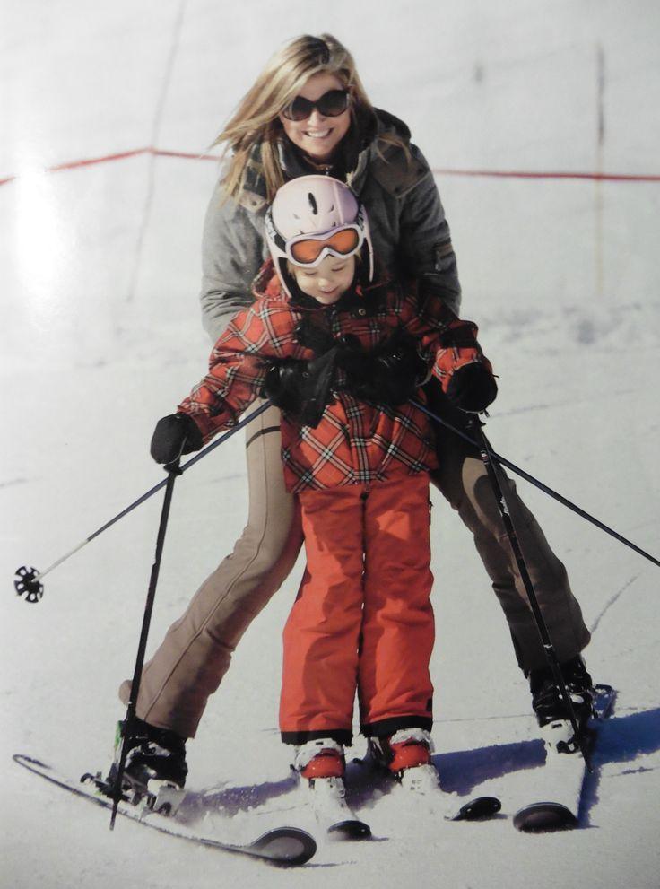 Maxima leert haar jongste dochter skiën