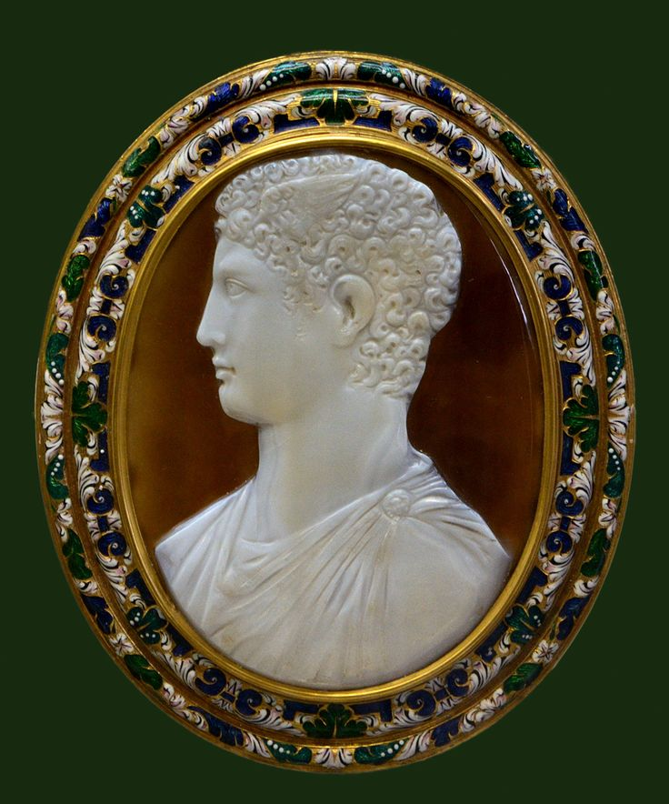 """Cameo """"Prince of the Ptolemaic dynasty presented as Hermes"""". Sardonyx, 3rd cent. BCE. Golden frame, enamel — 18th century. Inv. No. Camee. 111. Paris, National Library. (Photo by I. Sh.)."""