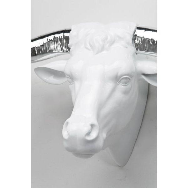 Διακοσμητικό Head Silver Horn Cow Ένα διακοσμητικό τοίχου που σίγουρα θα σας ταξιδέψει σε κάποια μακρινή σαβάνα! Διακοσμητικό κεφάλι αγελάδας από Polyresin σε λευκό χρώμα με κέρατα σε ασημί χρώμα.